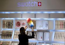 """Swatch Group a signé un contrat avec l'américain Visa qui pourrait permettre à l'horloger suisse de lancer en Suisse et aux Etats-Unis sa nouvelle montre """"Bellamy"""", capable de servir de moyen de paiement sans contact, rapporte mardi le journal Le Temps. Nick Hayek, le patron de Swatch, a confirmé au quotidien suisse qu'un contrat avait été signé avec le premier émetteur mondial de cartes de crédit et de débit. /Photo d'archives/REUTERS/Arnd Wiegmann"""