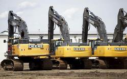 Техника в дилерском центре John Deere в Денвере. 14 мая 2015 года. Deere & Co отчиталась о резком снижении квартальной прибыли в среду и прогнозирует дальнейший спад продаж сельскохозяйственной и строительной техники в новом финансовом году. REUTERS/Rick Wilking