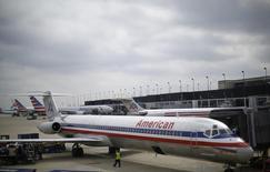 Un avión de American Airlines en el aeropuerto O'Hare de Chicago, EEUU, oct 2, 2014. American Airlines ya no acepta pesos argentinos para pagar pasajes aéreos por los controles de cambios que dificultan convertir los recibos en dólares, dijeron el miércoles medios locales y una agente de ventas de la aerolínea.    REUTERS/Jim Young