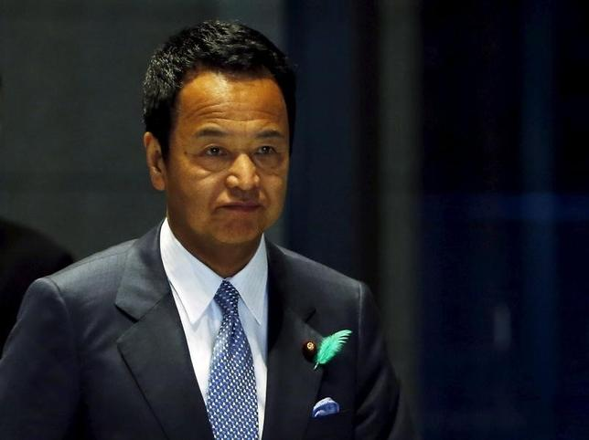 11月26日、甘利明経済再生相(写真)は官民対話後の会見で、安倍晋三首相が指示した省エネ制度の拡充指示で、結果としてエネルギー効率の低い白熱灯はなくなる可能性があるとの見通しを示した。4月撮影(2015年 ロイター/Yuya Shino)