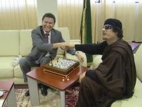 Президент ФИДЕ Кирсан Илюмжинов во время шахматной партии с ливийским лидером Муаммаром Каддафи. Триполи, 12 июня 2011 года. REUTERS/FIDE Press service/Handout