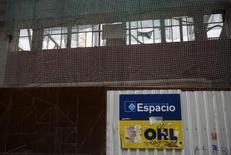 El logo de la constructora española OHL, en una construcción en Madrid, 2 de marzo de 2015. La constructora OHL México dijo el miércoles que su asamblea de accionistas aprobó un incremento a su fondo de recompra de acciones a un monto máximo de 2,000 millones de pesos (121 millones de dólares) con vigencia hasta abril del próximo año. REUTERS/Andrea Comas
