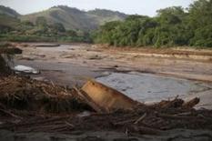 Um barco é fotografado no Rio Doce após o rompimento de uma barragem da mineradora Samarco, propriedade da Vale SA e da BHP Billiton,  em Santa Cruz do Escalvado, Brasil. 15/11/2015. REUTERS/Ricardo Moraes.