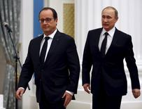 Russia's President Vladimir Putin (R) and his French counterpart Francois Hollande walk to attend a news conference after a meeting at the Kremlin in Moscow, Russia, November 26, 2015. France and Russia agreed on Thursday to exchange intelligence on Islamic State and other militant groups in Syria to help improve the effectiveness of their aerial bombing campaigns in the country, French President Francois Hollande said. REUTERS/Sergei Chirikov/Pool