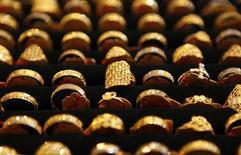 Varios anillos de oro en una tienda en Kuala Lumpur el 21 de abril de 2011. El oro caía el viernes a su nivel más bajo en casi seis años y se encaminaba a su sexto declive semanal consecutivo, presionado por la fortaleza del dólar y las perspectivas de un alza de las tasas de interés de Estados Unidos el próximo mes. REUTERS/Bazuki Muhammad
