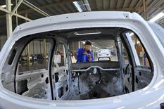 Un empleado ensambla un auto eléctrico en una línea de producción en una fábrica en Qingzhou, provincia de Shandong, China, 31 de octubre de 2015. Las utilidades de las firmas industriales chinas cayeron un 4,6 por ciento en octubre respecto al mismo mes del año anterior, disminuyendo por quinto mes consecutivo en momentos en que la segunda economía más grande del mundo se desacelera y las industrias lidian con un exceso de capacidad. REUTERS/China Daily