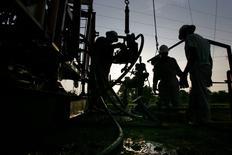 L'Agence internationale de l'énergie estime que l'Inde sera le principal moteur de la hausse de la demande de pétrole au cours des 25 prochaines années. L'AIE précise que la dépendance du pays au pétrole importé passera de 80% aujourd'hui à 90% d'ici 2040.  /Photo d'archives/REUTERS/Jorge Silva