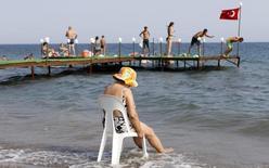 Туристы у моря в городе на западе Турции 7 августа 2010 года. Российский министр иностранных дел Сергей Лавров сказал в пятницу, что Москва отменит безвизовый режим с Турцией с 1 января 2016 году. REUTERS/Murad Sezer