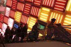 """Personas suben en una escalera mecánica en la tienda Toys """"R"""" Us en Times Squares, Nueva York. No había grandes multitudes en tiendas y centros comerciales de Estados Unidos en las primeras horas del viernes, de acuerdo a verificaciones iniciales, debido a que los compradores respondieron a descuentos anticipados de """"Black Friday"""" con una mezcla de entusiasmo y cautela. REUTERS/Andrew Kelly"""