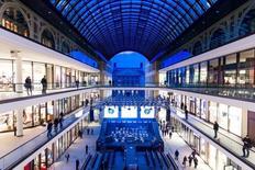 Les prix de détail en Allemagne ont augmenté de 0,3% annuellement, leur plus forte progression depuis mai, après une hausse de 0,2% en octobre. /Photo d'archives/REUTERS/Thomas Peter