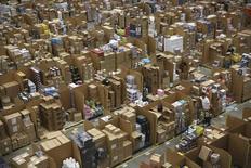 """Entrepôt d'Amazon en Grande-Bretagne, à Hemel Hempstead. Les Britanniques ont dépensé 1,1 milliard de livres (1,6 milliard d'euros) en achats sur internet vendredi à l'occasion des promotions du """"Black Friday"""", soit une augmentation de 36% par rapport à l'an dernier. /Photo prise le 25 novembre 2015/REUTERS/Neil Hall"""