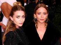 Mary-Kate e Ashley Olsen chegam para um evento em Manhattan, Nova York, em maio. 04/05/2015 REUTERS/Lucas Jackson