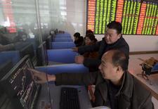 Инвесторы в брокерской конторе в Фуяне. 27 ноября 2015 года. Китайские акции незначительно выросли во вторник, поскольку устойчивые признаки ослабления экономики и опасения относительно ликвидности сдерживали оптимизм, порожденный решением Международного валютного фонда о включении юаня в корзину резервных валют. REUTERS/China Daily