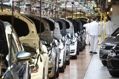 Le nombre d'immatriculations de voitures neuves en Allemagne a augmenté de 9% en novembre, à 272.000 véhicules, selon la fédération industrielle VDA, qui voit le marché automobile du pays croître de 4% sur l'ensemble de l'année malgré l'impact du scandale des émissions entourant Volkswagen. /Photo d'archives/REUTERS/Fabian Bimmer