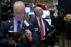 La Bourse de New York a fini en hausse mardi, accélérant ses gains dans les tout derniers échanges, en dépit d'indicateurs donnant des images divergentes de la situation économique des Etats-Unis.  /Photo prise le 1er décembre 2015/REUTERS/Brendan McDermid