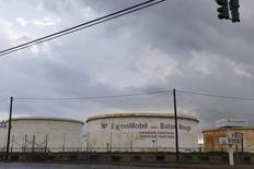 Хранилища на НПЗ Exxonmobil в Батон-Руж, Луизиана 6 ноября 2015 года. Запасы нефти в США выросли на 1,6 миллиона баррелей до 489,9 миллиона баррелей на неделе, завершившейся 27 ноября, сообщил Американский институт нефти (API). REUTERS/Lee Celano