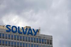 Solvay annonce jeudi que l'augmentation de capital de 1,5 milliard d'euros prévue pour financer l'acquisition de Cytec Industries aux Etats-Unis se fera à un prix de souscription de 70,83 euros par action nouvelle. /Photo prise le 29 juillet 2015/REUTERS/François Lenoir