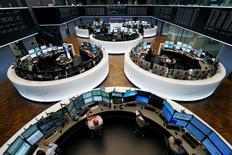 Les Bourses de la zone euro ont accentué leur baisse et la monnaie unique a poursuivi sa remontée en début d'après-midi après les déclarations de Mario Draghi, président de la Banque centrale européenne (BCE). A 14h39, l'indice CAC 40 recule de 2,01%, contre un gain de 1,1% avant les annonces de la BCE. La Bourse de Francfort perd 2,35%. /Photo d'archives/REUTERS/Ralph Orlowski