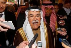 """Le ministre du Pétrole saoudien Ali al-Naimi a déclaré jeudi, sans plus de précision, qu'il avait eu une réunion informelle """"excellente"""" avec ses collègues de l'Opep, tandis que d'autres ministres ont dit qu'aucune décision n'avait été prise. L'Opep tiendra sa réunion officielle vendredi à Vienne. /Photo prise le 1er décembre 2015/REUTERS/Heinz-Peter Bader"""
