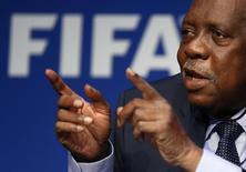 Presidente interino da Fifa, Issa Hayatou, concede entrevista coletiva em Zurique, na Suíça, nesta quinta-feira. 03/12/2015 REUTERS/Arnd Wiegmann