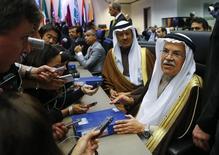 El ministro de Petróleo de Arabia Saudita, Ali al-Naimi, habla con periodistas durante una reunión de ministro de la OPEP en Viena, 4 de diciembre de 2015.  REUTERS/Heinz-Peter Bader
