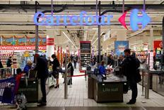 """Carrefour gagne 1,36% à 12h45 tandis que le CAC 40 cède 0,5%. Le PDG du groupe a déclaré jeudi à Reuters que Carrefour avait réalisé un """"bon"""" mois de novembre après avoir été brièvement impacté en France par les attentats de Paris. /Photo prise le 5 novembre 2015/REUTERS/Benoît Tessier"""