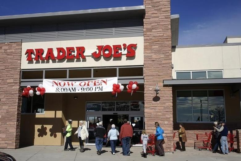 Shoppers line up to enter the new Trader Joe's store in Boulder, Colorado February 14, 2014.  REUTERS/Rick Wilking