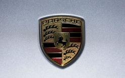 El logo de Porsche, fotografiado durante la Feria del Automóvil de Los Ángeles, en Los Ángeles, California, 18 de noviembre de 2015. Porsche invertirá unos 1.000 millones de euros (1.090 millones de dólares) en instalaciones de producción en su mayor fábrica para construir su primer automóvil eléctrico. REUTERS/Mike Blake