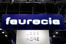 PSA Peugeot Citroën est passé sous la barre des 50% du capital de l'équipementier automobile Faurecia. PSA, qui détenait encore 51,7% de Faurecia au 31 décembre 2014, a vu sa participation reculer à 49,48% et ses droits de vote sont passés sous la barre des deux tiers, à 65,81%, une position qui lui permet de continuer à consolider Faurecia dans ses comptes. /Photo d'archives/REUTERS/Benoît Tessier