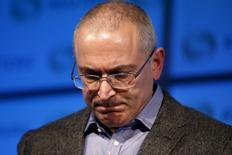Бывший российский олигарх Михаил Ходорковский выступает на мероприятии в Лондоне. 26 ноября 2015 года. Михаила Ходорковского вызвали на допрос в Следственный комитет в качестве обвиняемого по делу, по которому бывший соратник экс-главы ЮКОСа получил пожизненный срок. REUTERS/Peter Nicholls