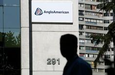 El edificio de AngloAmerican, en Santiago, Chile, 24 de enero de 2012. El grupo minero Anglo American anunció medidas de reestructuración el martes que incluyen planes para consolidarse de seis unidades de negocio a tres, vender más activos y suspender dividendos para el segundo semestre de este año. REUTERS/Victor Ruiz Caballero