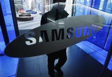 Un hombre entrando en la sede de Samsung Electronics, en Seúl, 7 de enero de 2015. Samsung Electronics Co Ltd dijo el miércoles que creará un equipo para desarrollar negocios relacionados con automóviles en su búsqueda de nuevas fuentes de ganancias, en momentos en que aumentan los problemas en su división de teléfonos inteligentes. REUTERS/Kim Hong-Ji/Files