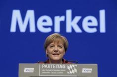 """Канцлер Германии Ангела Меркель выступает в Мюнхене 20 декабря 2015 года. Канцлер Германии Ангела Меркель получила титул """"Человека года"""" по версии американского журнала Time, обойдя финишировавшего вторым лидера """"Исламского государства"""" Абу Бакра аль-Багдади. REUTERS/Michaela Rehle"""
