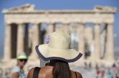Туристы на фоне Парфенона в Афинах 9 июля 2015 года. Охваченная экономическим кризисом Греция готовится воспользоваться неожиданной удачей в лице российских туристов, лишённых доступа к своим излюбленным местам отдыха из-за бойкота Кремля по отношению к Турции и теракта в Египте. REUTERS/Christian Hartmann