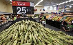 Maíz a la venta en un supermercado de la cadena Wal-Mart en Springdale, EEUU, jun 4, 2015. El Gobierno de Estados Unidos elevó el miércoles su panorama de existencias de maíz en 25 millones de bushels, por encima de las expectativas de analistas, ante una débil demanda de exportaciones.   REUTERS/Rick Wilking