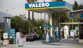 Una gasolinera de Valero en Pasadena, EEUU, oct 27, 2015. Los precios del crudo caían el miércoles, luego de que los operadores e inversores ignoraron una inesperada caída en los inventarios en Estados Unidos.  REUTERS/Mario Anzuoni