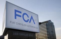 Fiat Chrysler Automobiles a accepté de payer 70 millions de dollars (63,6 millions d'euros) d'amendes pour clore une enquête de la justice américaine sur un défaut d'information au sujet d'un accident mortel et de blessures, selon des sources proches du dossier. /Photo d'archives/REUTERS/Rebecca Cook