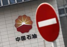 Логотип PetroChina  на штаб-квартире компании в Пекине 17 марта 2015 года. Государственная нефтегазовая компания Китая PetroChina обсуждает продажу доли в газопроводах на территории страны, оцениваемых примерно в $47 миллиардов, сообщили источники Рейтер. REUTERS/Kim Kyung-Hoon