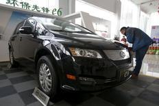Un cliente revisa un auto eléctrico BYD e6, en una automotora en Pekín, China, 9 de diciembre de 2015. Las ventas de vehículos en China crecerían entre 5 y 7 por ciento en 2016, un ritmo mucho más rápido que el 3 por ciento previsto para este año, dijo el presidente de la asociación de automóviles del país, gracias a una reducción de impuestos para los vehículos de pequeños motores. REUTERS/Jason Lee