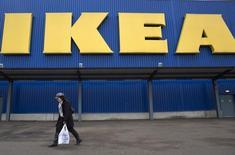 Ikea, le numéro un mondial de l'ameublement, fait état jeudi d'une hausse de 5,5% de son bénéfice annuel à 3,5 milliards d'euros, à la faveur de son expansion en Chine, de la croissance des ventes de ses magasins déjà ouverts et d'un bond de ses activités en ligne. /Photo prise le 28 janvier 2015/REUTERS/Neil Hall