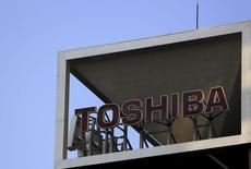 El logo de Toshiba en su sede en Tokio. El conglomerado japonés Toshiba podría recortar más de 1.000 puestos de trabajo mientras revisa sus negocios más débiles, incluyendo una inminente venta de una fábrica de televisores en Indonesia, dijo el jueves el diario económico Nikkei. REUTERS/Yuya Shino/Files