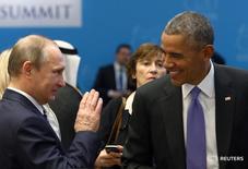"""Президент США Барак Обама (справа) и российский лидер Владимир Путин на саммите """"Большой двадцатки"""" в турецкой Анталье 16 ноября 2015 года. Россия в Сирии помогает оружием, боеприпасами и поддержкой с воздуха как силам президента Башара Асада, так и его вооруженным противникам в борьбе с общим врагом - ультраэкстремистами """"Исламского государства"""", сказал Путин. REUTERS/Kayhan Ozer/Pool"""