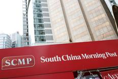 Un cartel publicitario del diario South China Morning Post en Hong Kong, China, el 26 de noviembre de 2015. El gigante chino de comercio electrónico Alibaba Group Holding Ltd llegó a un acuerdo para adquirir al South China Morning Post, el principal diario en inglés publicado en Hong Kong, por 2.060 millones de dólares hongkoneses (265,8 millones de dólares estadounidenses) y otros activos de medios de SCMP Group Ltd, dijo el grupo de periódicos en un comunicado el lunes. REUTERS/Tyrone Siu