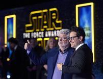 """Criador da saga Star Wars, George Lucas (esquerda) e diretor do novo filme, JJ Abrahms, durante estreia de """"Star Wars - O Despertar da Força"""", em Hollywood.     14/12/2015   REUTERS/Kevork Djansezian"""