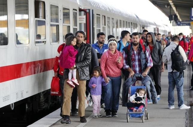 Migrants from Syria walk alomg a platform after arriving from Salzburg, Austria, at Schoenefeld railway station in Berlin, Germany, October 5, 2015.   REUTERS/Fabrizio Bensch -