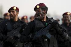 """Бойцы саудовского спецназа в на торжествах по случаю завершения спецподготовки в Эр-Рияде 19 мая 2015 года. Саудовская Аравия и страны Персидского Залива обсуждают возможность отправки спецназа в Сирию в рамках усилий возглавляемой США коалиции, борющейся с """"Исламским государством"""", сказал глава саудовского МИДа. REUTERS/Faisal Al Nasser"""
