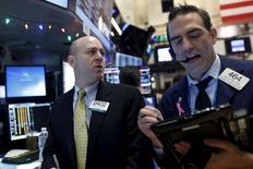Operadores trabajando en la bolsa de Wall Street en Nueva York, dic 15, 2015. Las acciones de la Bolsa de Nueva York subieron el martes, lideradas por los sectores de energía y finanzas, aunque se mantuvieron lejos de su máximo de sesión, un día antes de que la Reserva Federal de Estados Unidos decida si va a subir las tasas de interés por primera vez en casi una década.  REUTERS/Brendan McDermid