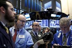 Трейдеры на фондовой бирже в Нью-Йорке. 15 декабря 2015 года. Американские фондовые индексы резко выросли на торгах вторника, хотя и отошли от дневных максимумов к концу сессии в преддверии ожидаемого в среду решения Федрезерва США о повышении процентной ставки. REUTERS/Brendan McDermid