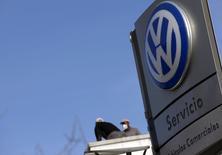 El Parlamento Europeo planea crear un comité para investigar el escándalo de emisiones de Volkswagen y determinar si la supervisión regulatoria de la industria automovilística es demasiado laxa. En la imagen, unos trabajadores en un concesionario de Volkswagen en Madrid, el 16 de diciembre de  2015.  REUTERS/Sergio Pérez