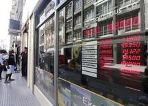 Uuna casa de cambios en Buenos Aires, ene 27, 2014. El Gobierno de Argentina dijo el miércoles que levantará las restricciones sobre el mercado cambiario impuestas hace cuatro años para frenar el drenaje de divisas, una decisión que acarreará una abrupta devaluación de la moneda local.   REUTERS/Enrique Marcarian